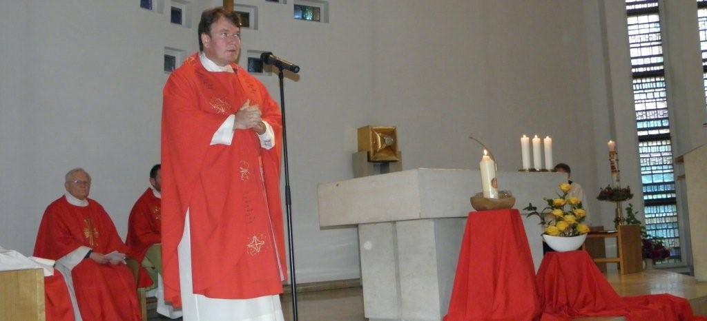Pfarrer Felix Evers wünscht der Flamme eine gute Reise