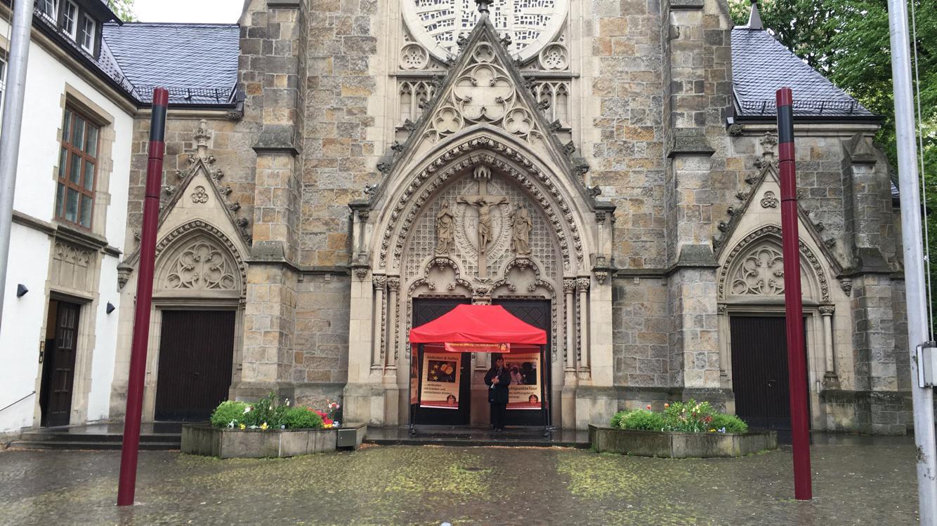 Trotz des Regens warten wir vor der St. Franziskus Kirche