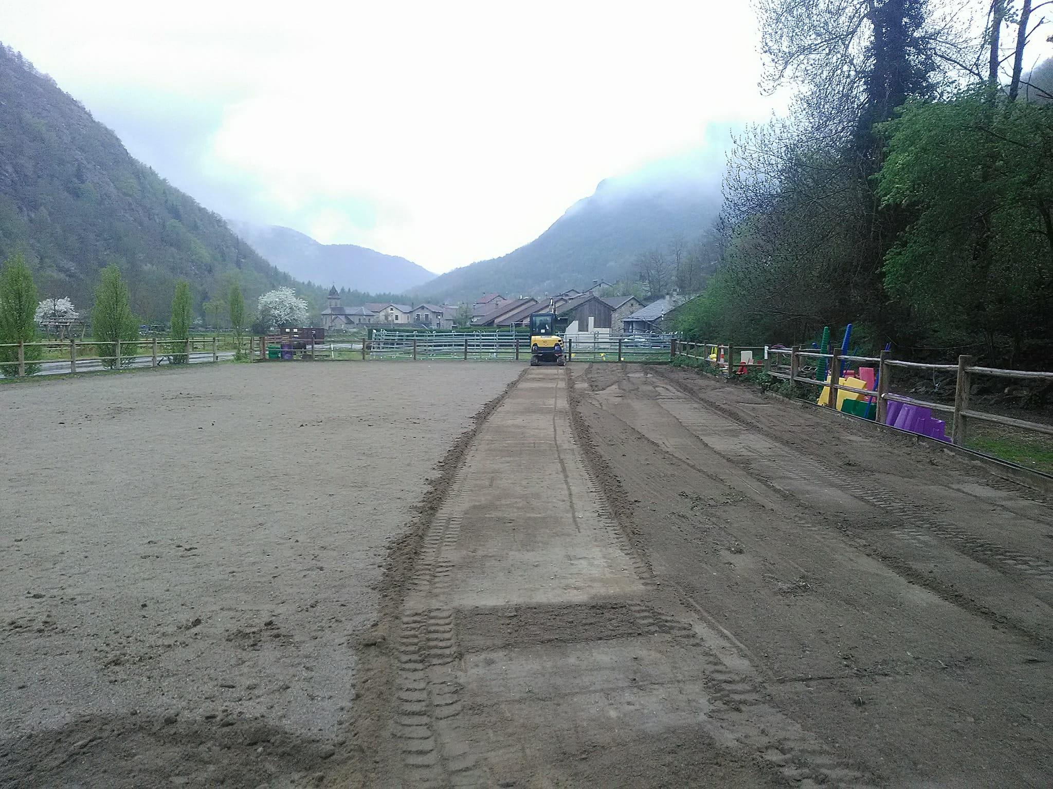 Etape 2 : décompacter et niveler le sable pour obtenir une sous couche lisse de 8cm