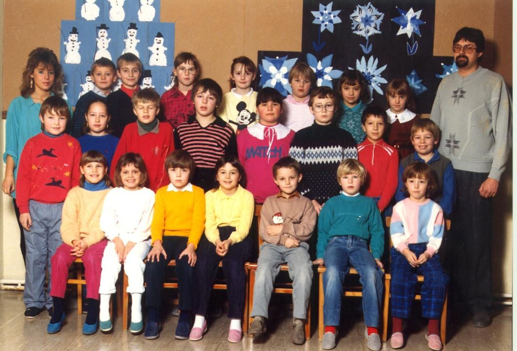 1986-87 1. Kl. (1.-4. Schst.) mit Ass.L Michaela Riegler und KL Gerhard Kappacher