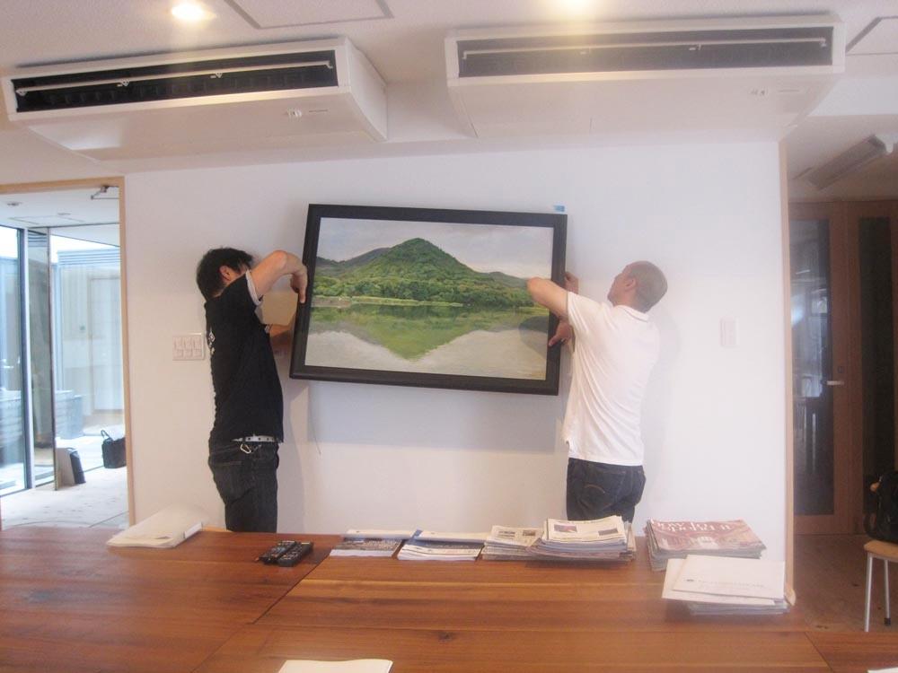 1階会議室兼食堂「遍照寺山広沢の池」山添耕治 油彩画設置風景