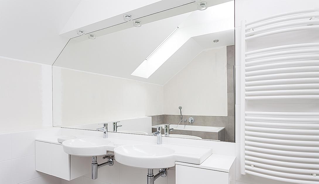 Angepasst. Spiegelflächen in den Raum integriert.