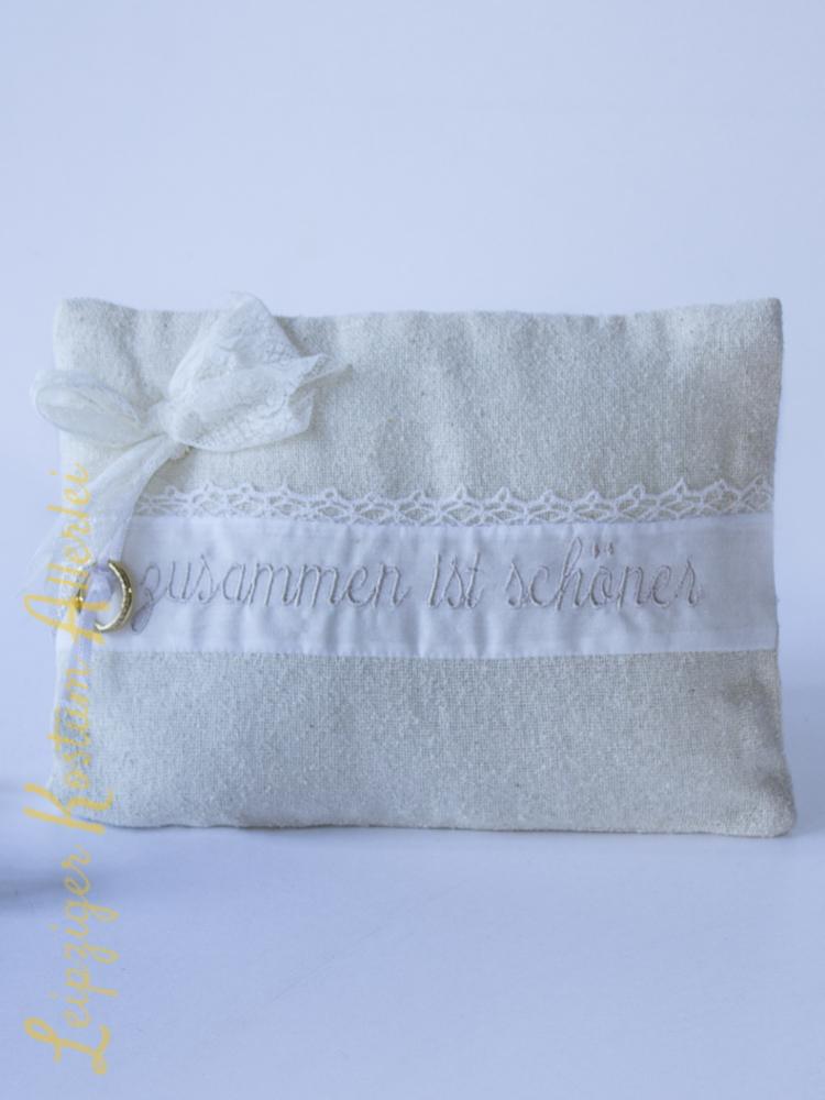Ringkissen aus Bourett-Seide, bestickt und mit Bändern verziehrt, 50€