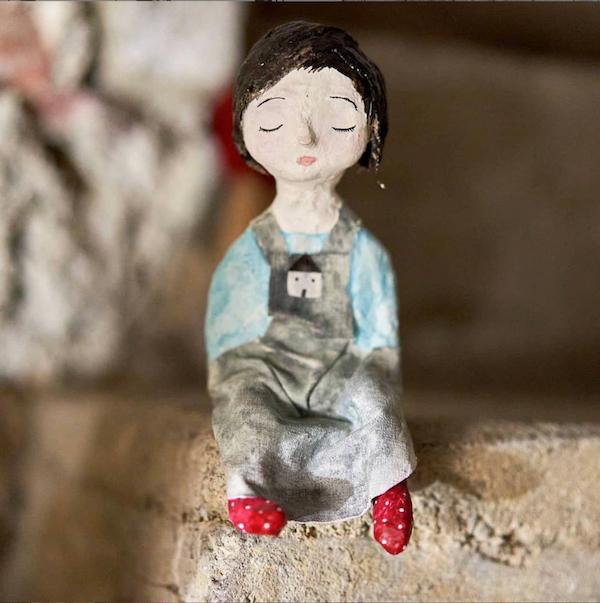 Skulptur aus Gips und Textil, Acrylfarbe; Geschmeinschaftsarbeit mit Christiane Holupirek.