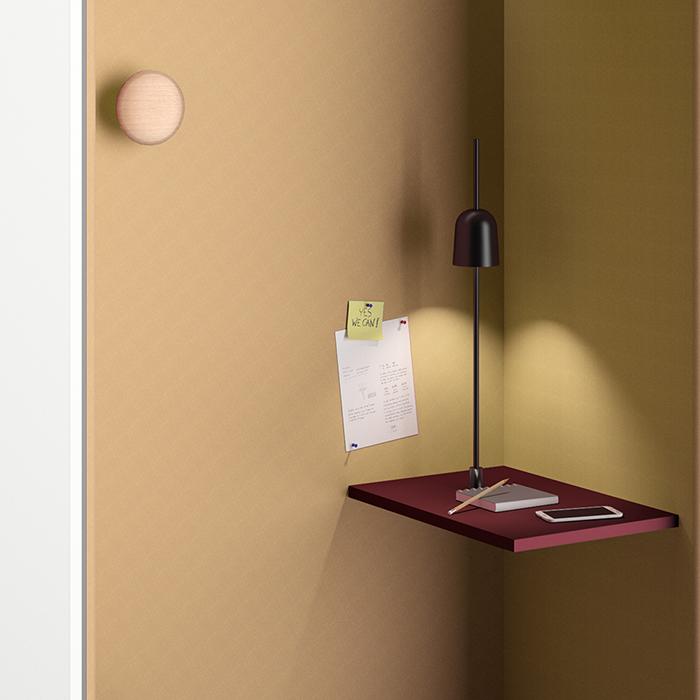In der Telefonzelle ist die Tischplatte in Stehhöhe montiert. Der Kleiderhaken ist optional.