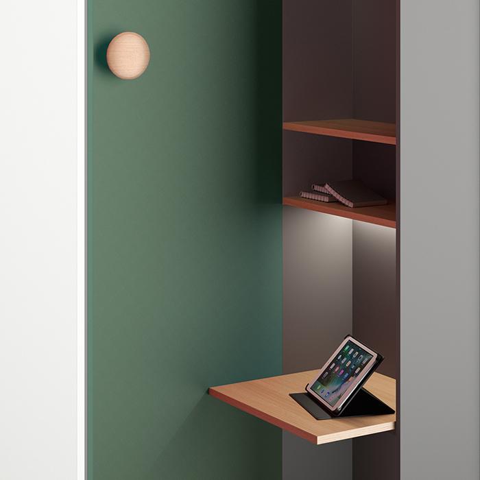 Die Denkerzelle ist mit einer Tischplatte und 2 Ablagen ausgestattet. Der Kleiderhaken ist optional.