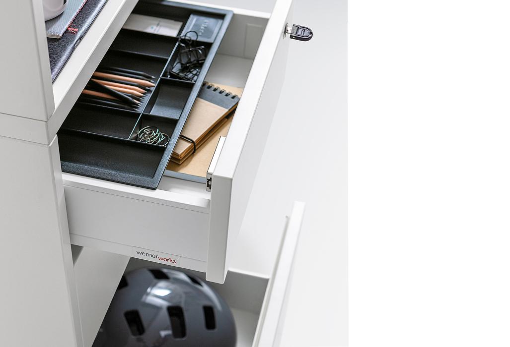 Schubläden bieten Platz für Büromaterial und für Privates.