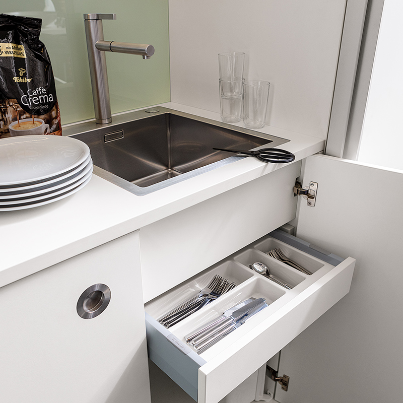 The sink, taps und cutlery drawer can be fitted as an option.