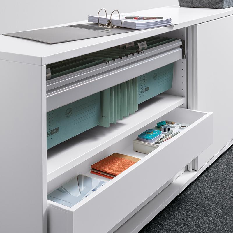 Das elegante, weiße Schubladensystem bietet einen hohen Bewegungskomfort.