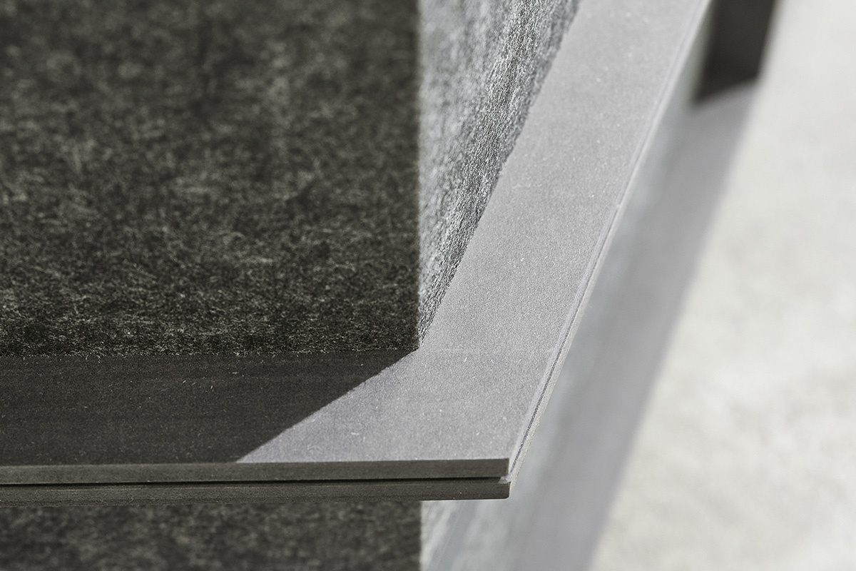 The combination of black MDF with an acoustic absorber characterizes the outer appearance of stepup.
