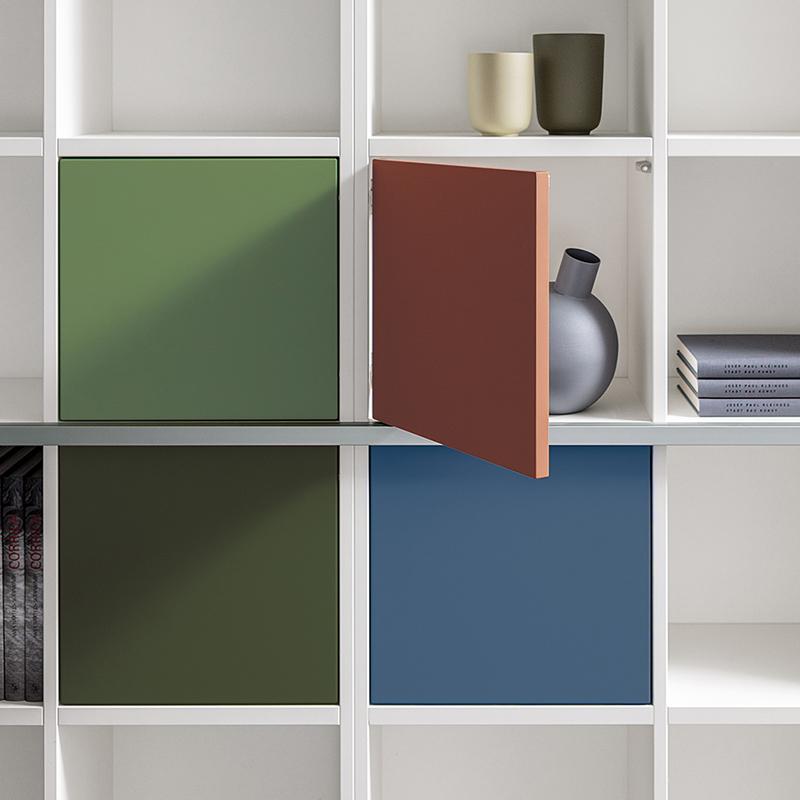 Optional können die Regalfächer mit Push-Türen oder Schubläden ausgestattet werden.