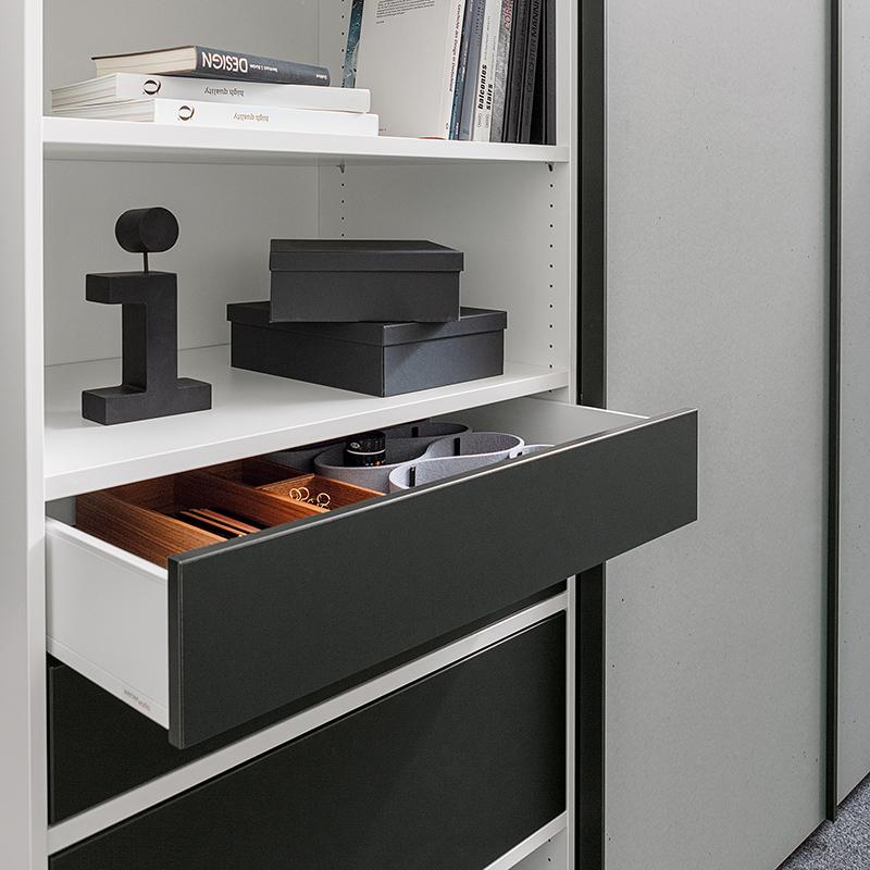 Der Innenraum lässt sich durch ein flexibles Organisationsraster mit Einlegeböden und Schubläden individuell ausstatten.