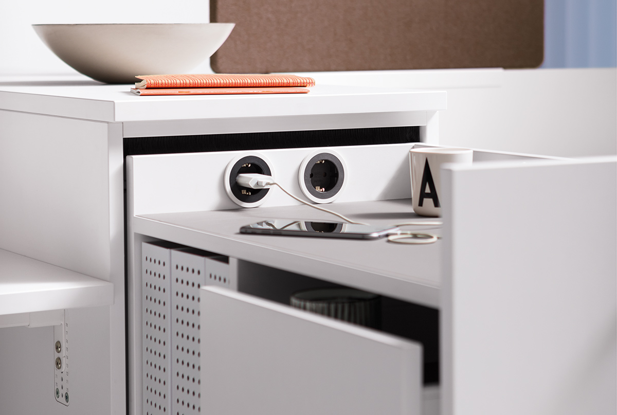 Optional ist der Apothekerschrank mit Steckdose oder USB-Charger in der Rückwand bestellbar.