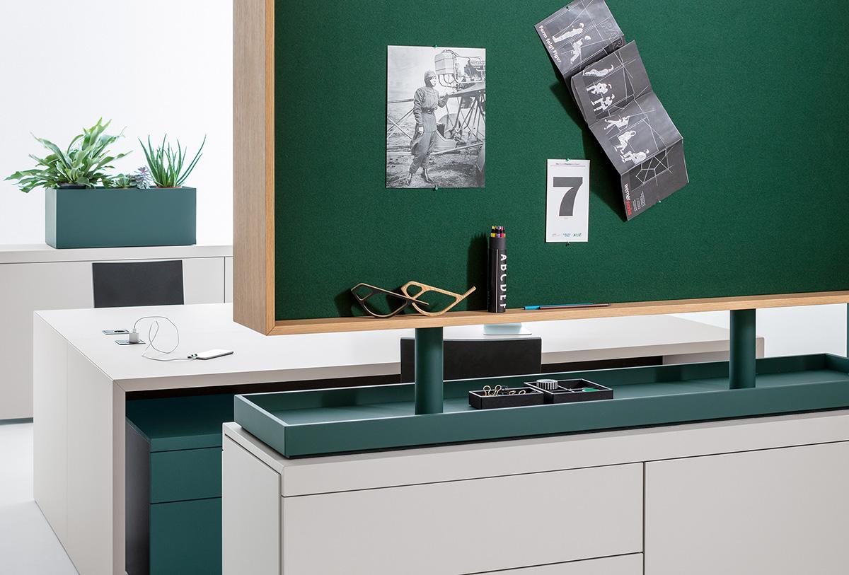 Die Pinnwand ist wahlweise stoffbezogen, akustisch wirksam und einseitig als Whiteboard erhältlich.
