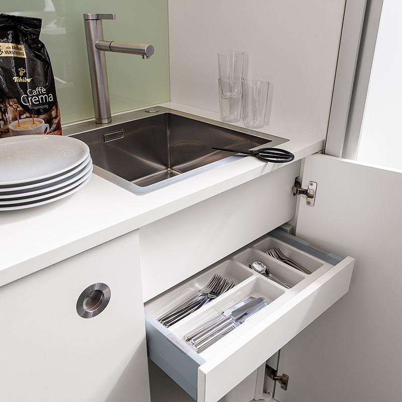 Spüle, Armaturen und Besteckschublade sind optional einbaubar.