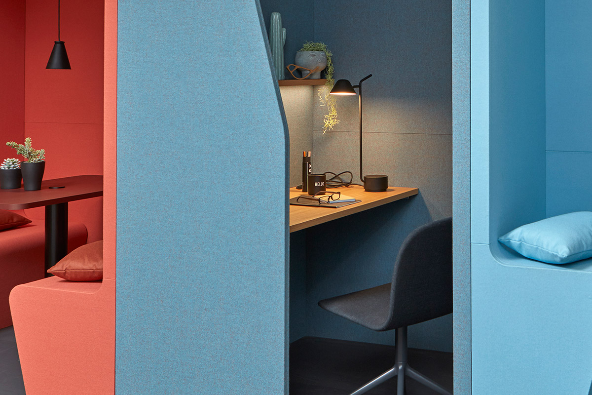 An optional socket can be integrated into the table top of the Focus cupboard booth.