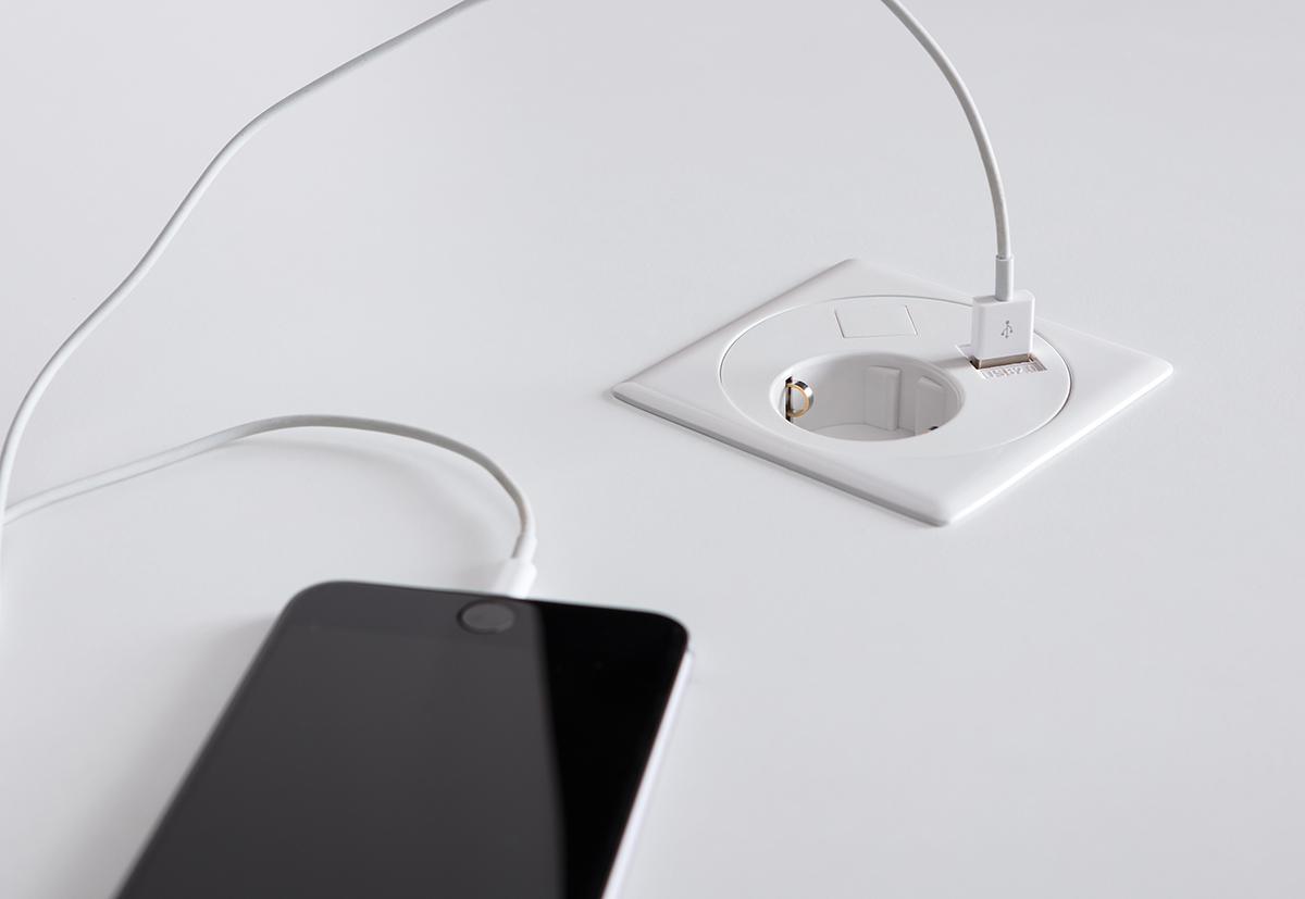 An den identischen Positionen wie bei den Kabeldurchlässen ist optional eine Netbox mit Strom- und USB-Anschluss einsetzbar.