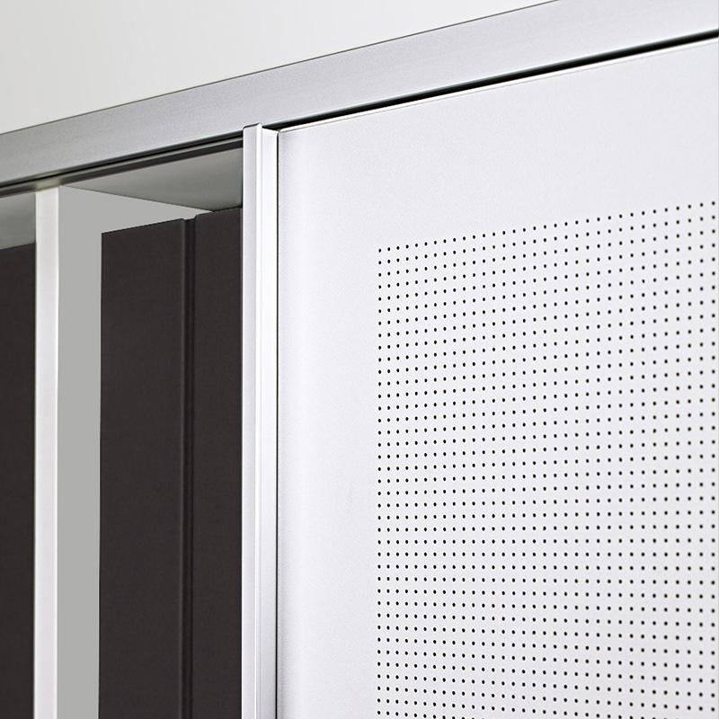 Akustisch wirksam werden großformatige Schiebetüren durch ein Akustikmaterial mit Mikrolochung.