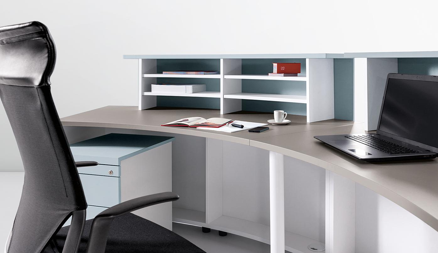 Der Counter ist auf der Nutzerseite individuell organisierbar und bietet ausreichend Platz für benötigte Dokumente und Büroutensilien.