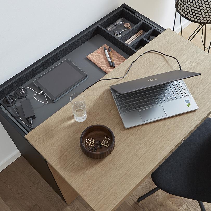 Das offene Fach bietet Platz für Laptop und Büromaterial.