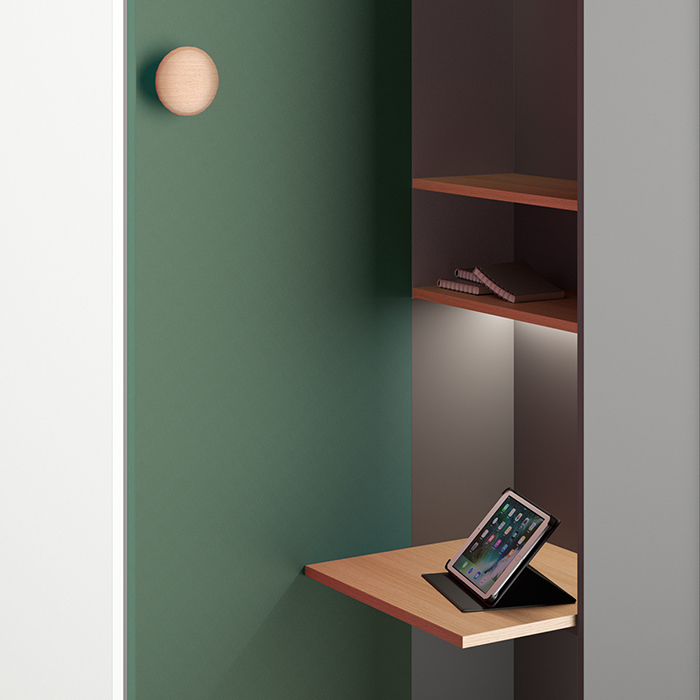 The think tank is equipped with a table top and two shelves. The coat hook is optional.