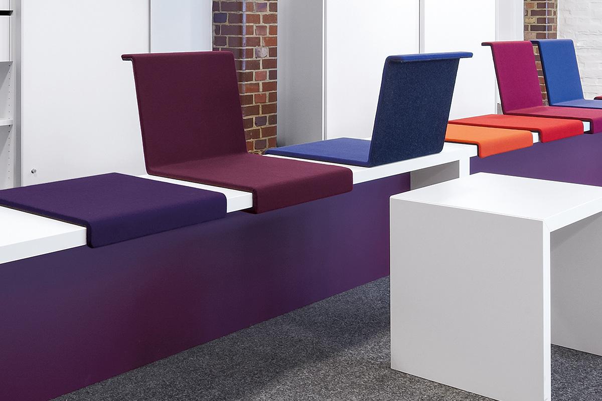 Die Sitzkissen mit und ohne Rückenlehne werden werkzeuglos aufgesetzt und sind jederzeit veränderbar.