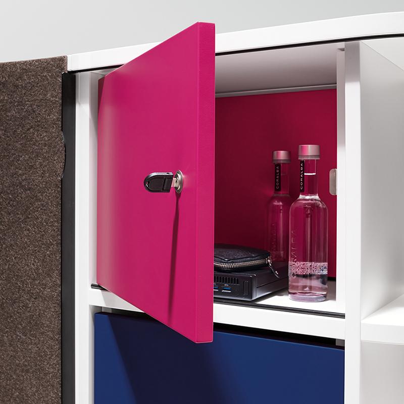 Verschließbare Einbauboxen können optional im Regalfach montiert werden.