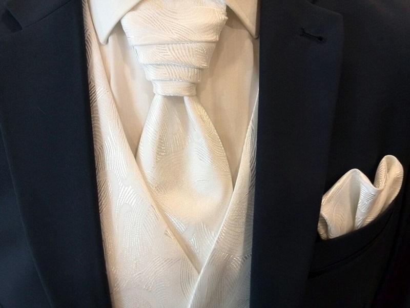Kombination aus Hochzeitsanzug mit Weste, Plastron und Hemd
