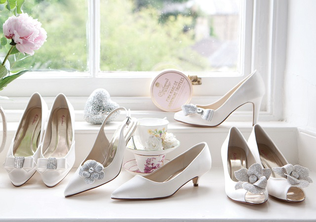 Mehrere Schuhclips an verschiedenen Schuhmodellen