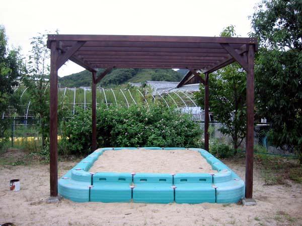 児童公園のパーゴラ 塗装色 オスモ ローズウッド色