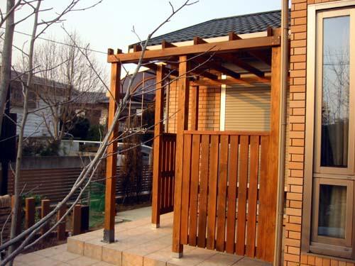 タイルテラスの屋根付きとフェンスの付いたパーゴラ