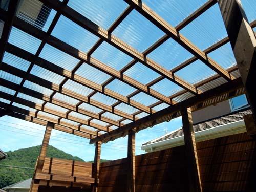 ポリカ波板屋根付きウッドデッキ、目隠しフェンス付き 塗装色エスプレッソ
