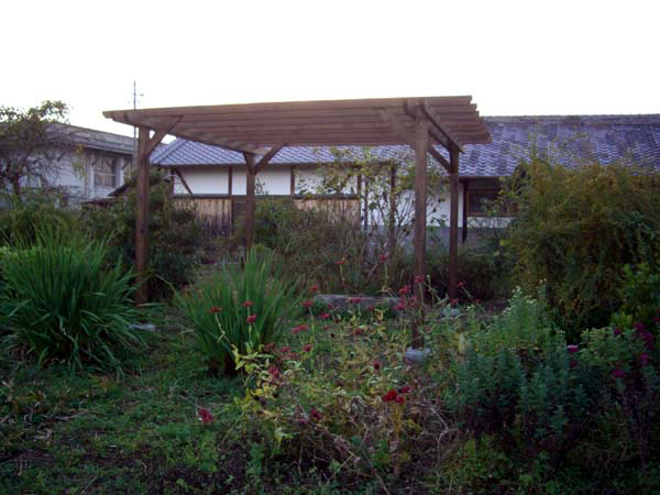 ハーブ庭園の中のパーゴラ 塗装色 エスプレッソ色