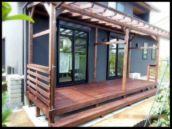 ポリカ波板屋根、シンプル横板フェンス付きウッドデッキ 塗装色オスモ ローズウッド色