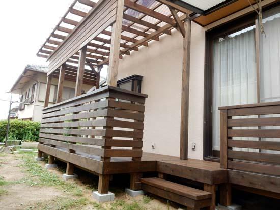 ポリカ波板熱線カット(スモークブラウン色)の屋根とフェンス付きウッドデッキ 塗装色エスプレッソ色