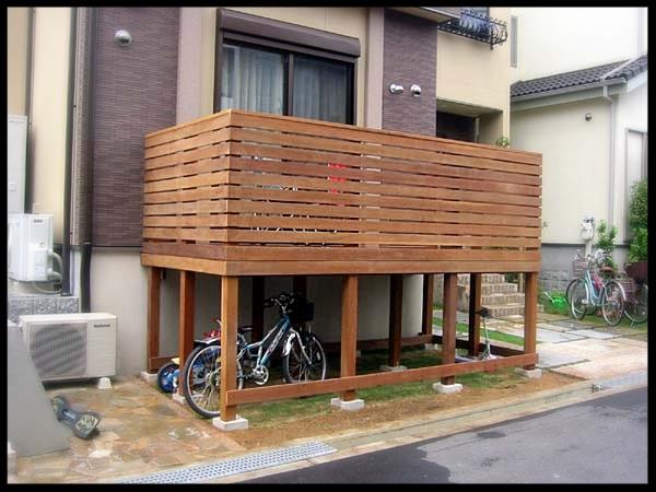 ウリン製横板フェンス付きウッドデッキ