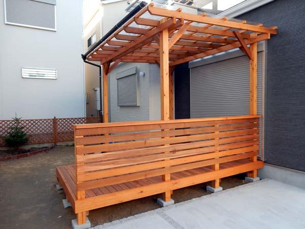 ポリカ波板屋根付きウッドデッキ、レッドシダーヒノキ製 塗装色 ナチュラルトーンレッドウッド