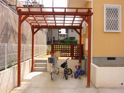 自転車置場の屋根付きパーゴラ 塗装色 ブリックレッド色