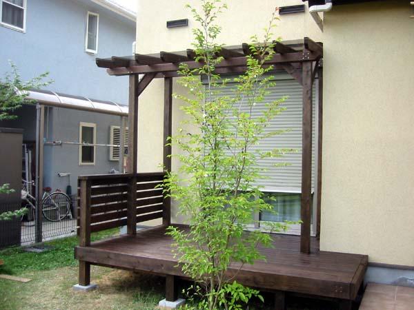 ポリカ平板屋根 横板フェンス付きウエスタンレッドシダーヒノキ製ウッドデッキ 塗装色 エスプレッソ色