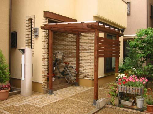 玄関前の屋根、目隠し横板付きパーゴラ 塗装色 エスプレッソ色