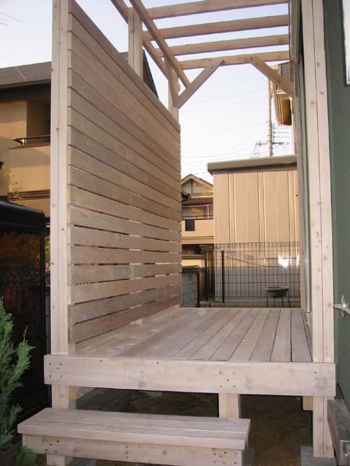 目隠し横板フェンスとパーゴラ付きウッドデッキ 塗装色 オスモ ホワイト色