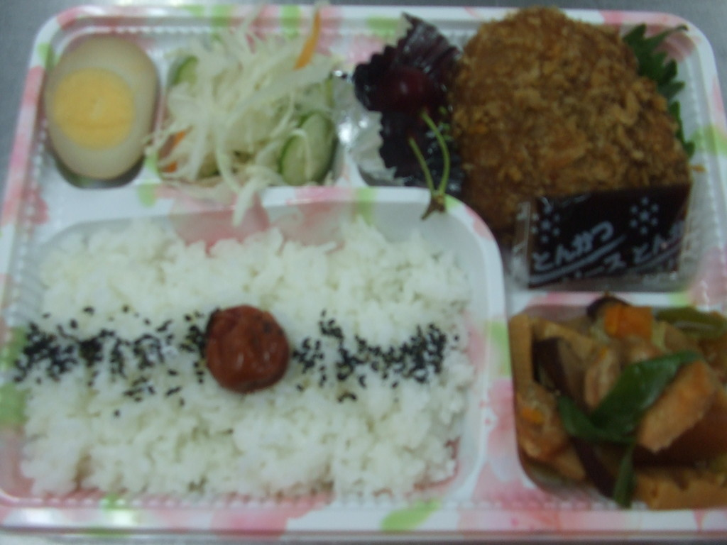 やませみ弁当_コロッケ¥750(手作りコロッケ、卵、サラダ、筑前煮他)