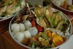 オードブル例5人前¥5400(おにぎり、ハンバーグ、卵、ハムサンド、唐揚げ、ポテトフライ他)