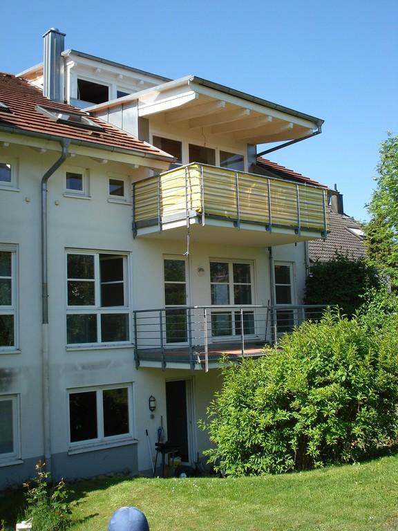 Balkon vom Garten gesehen