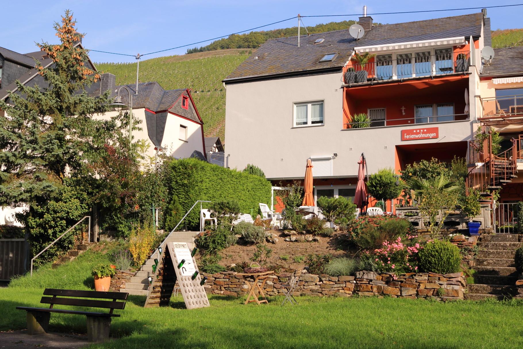 Weingut-Gästehaus mit Gartenterrasse