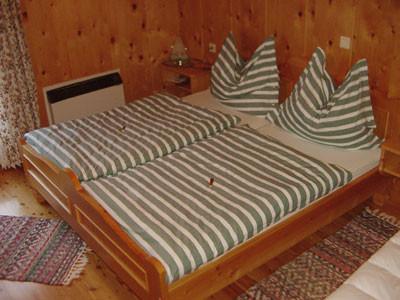 Schlafzimmer 1 von 3 Bio-Blockhaus Koglerhütte