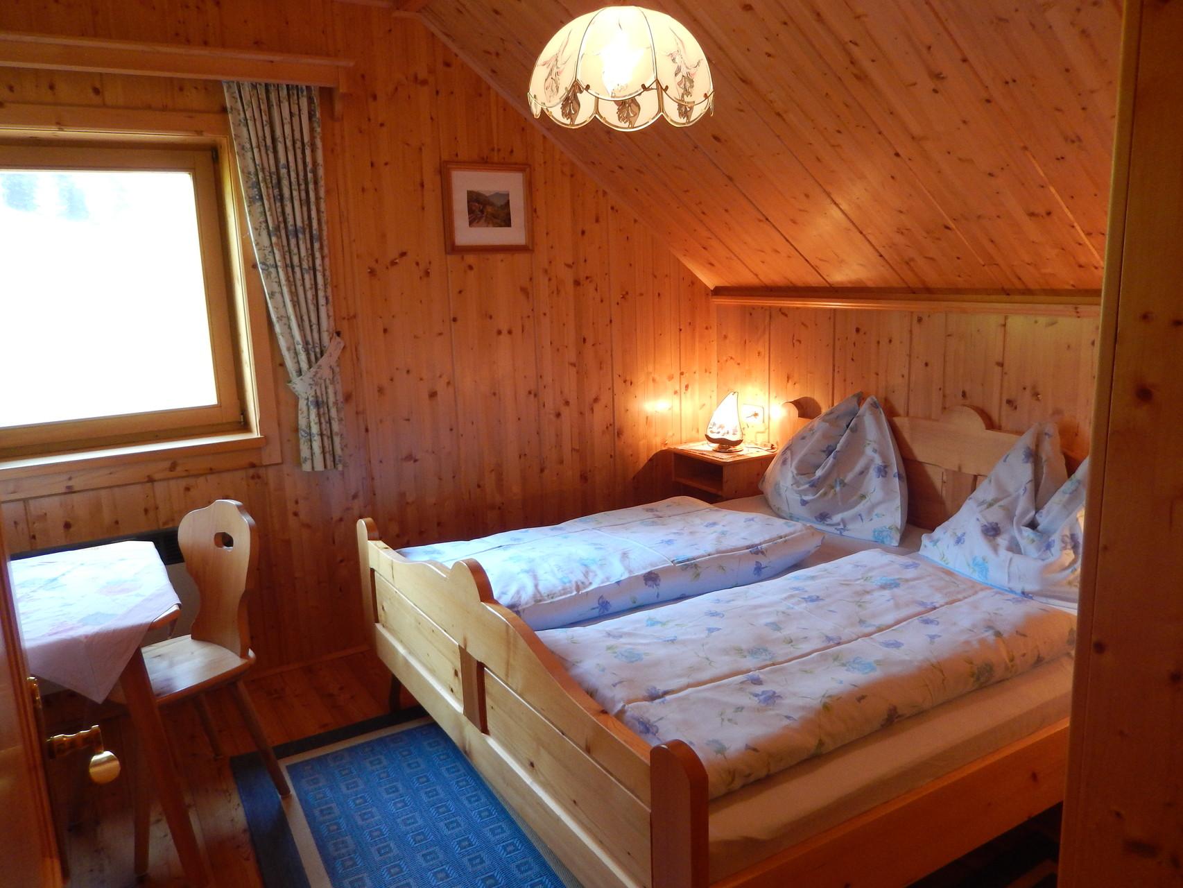 Schlafzimmer 1 von 2 im Kleinen Ferienhaus Koglerhütte