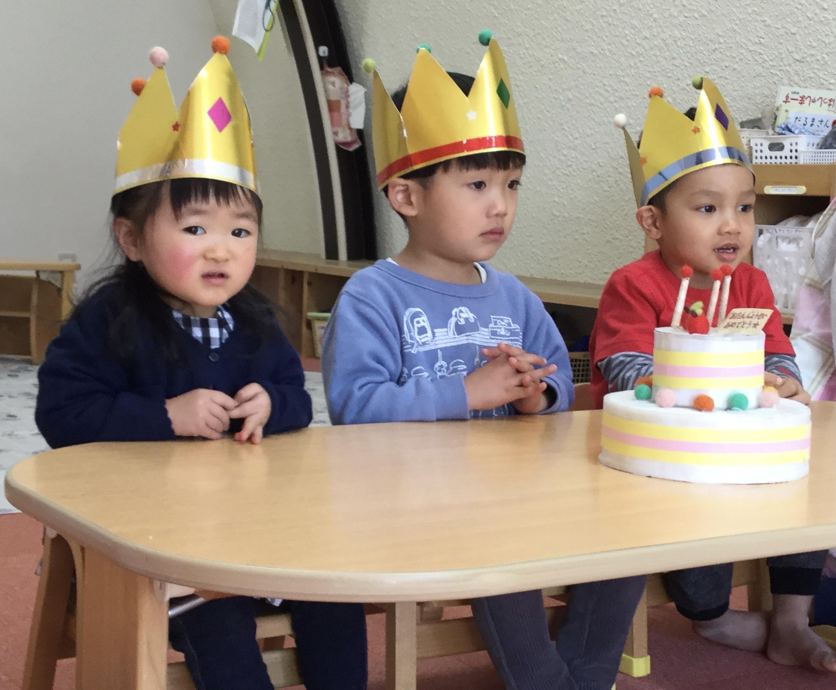 今日は、ひかりぐみのりんちゃんと、ほしぐみのそうすけくん、   ヴォンくんのお誕生日会をしました。ヴォンくんは7日、そうすけくんは8日で3歳になりました。りんちゃんは28日で2歳になります。    みんなから、♪ ハッピーバーズデイ  ♪の歌とケーキのプレゼント。  お誕生日、おめでとう !