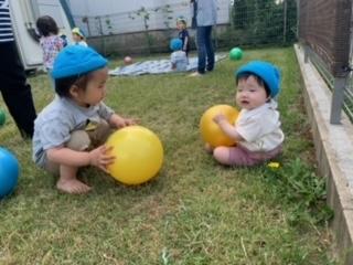 ジメジメと暑い日も多いですが、子どもたちは元気に遊んでいます。今日、そら組さんとひかり組さんはテラスでボールで遊びました。