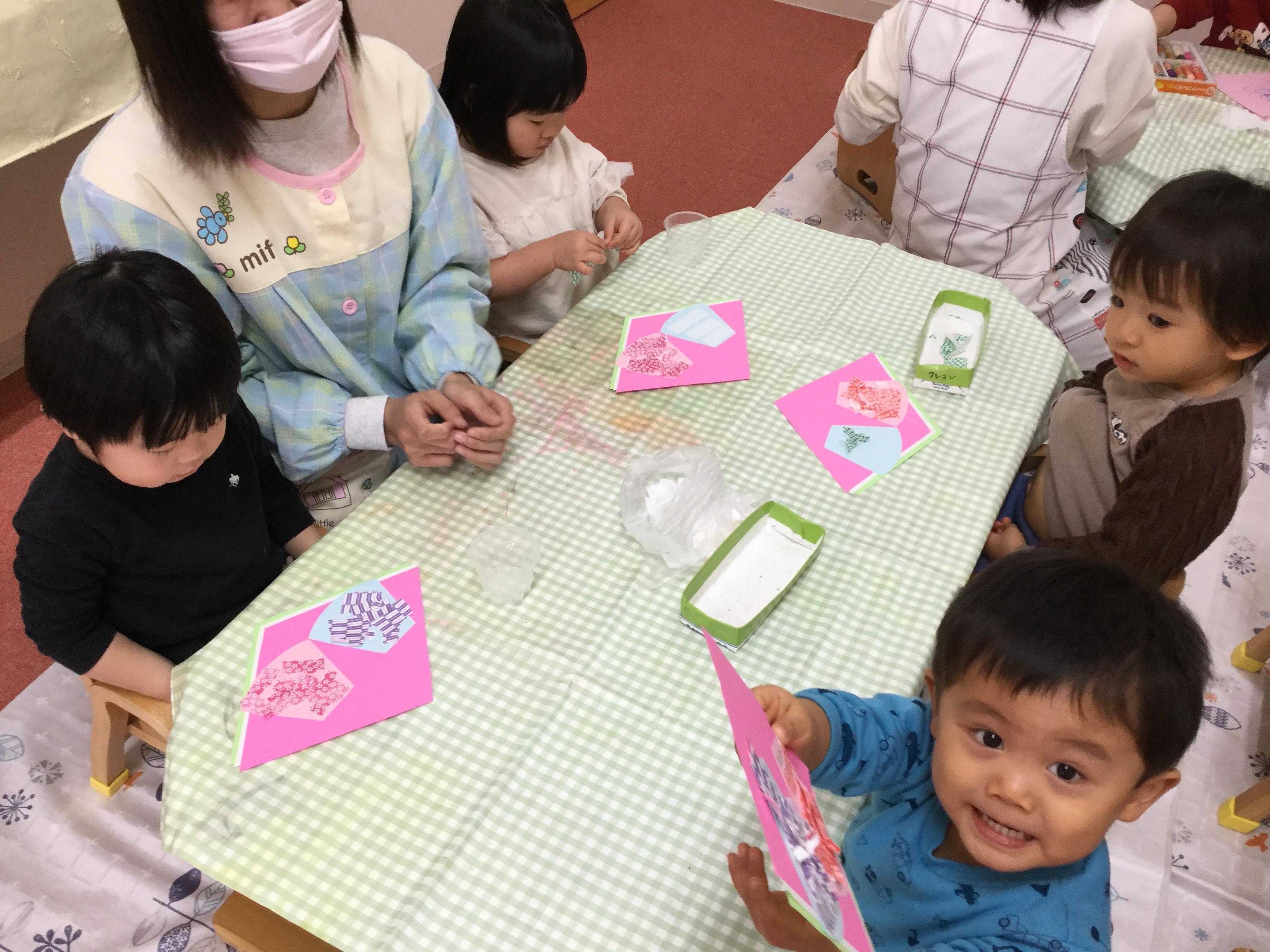 今日、ひかりぐみさんは折り紙をちぎって遊びました。一生懸命に、 折り紙をちぎっていました。